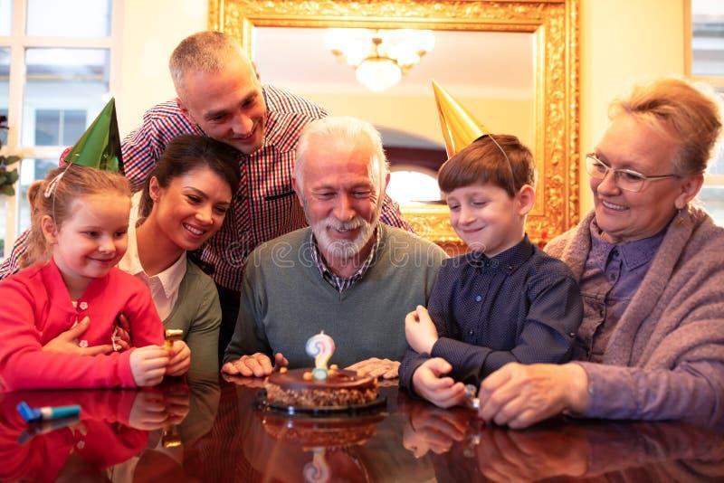 Семья празднуя особенный день стоковая фотография rf