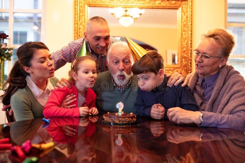 Семья празднуя особенный день стоковое фото rf