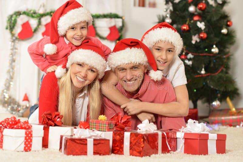Семья празднуя Новый Год стоковая фотография