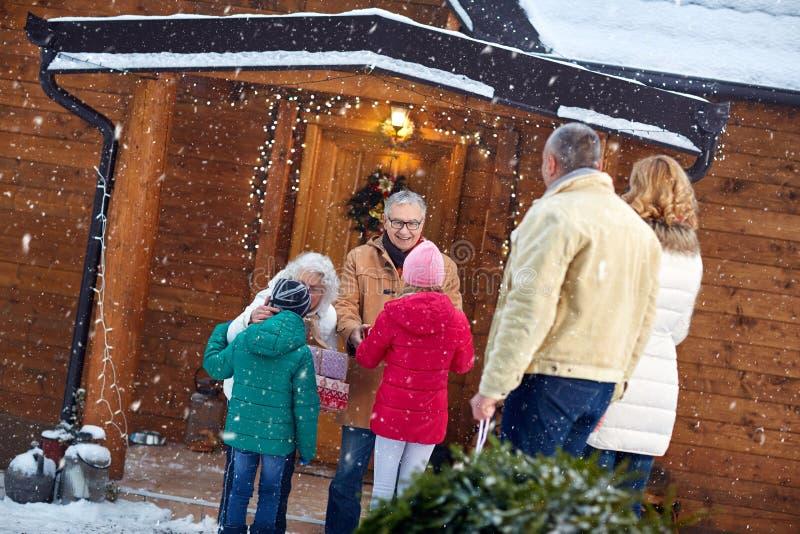 Семья празднуя рождество дома отец, мать, grandparen стоковая фотография