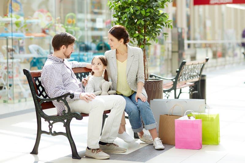 семья предпосылки изолированная над белизной покупкы стоковые фото