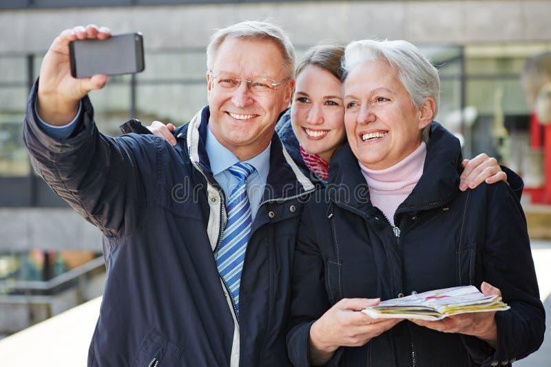 Семья принимая автопортрет стоковая фотография