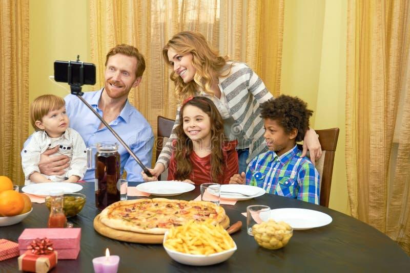 Семья принимая обедающий selfie стоковые фотографии rf