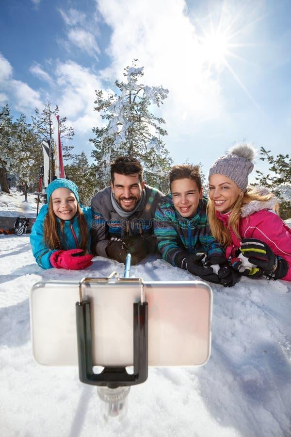 Семья при дети делая selfie стоковые изображения rf