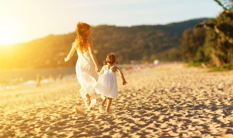 семья пляжа счастливая бег дочери матери и ребенка, смех и стоковое изображение rf