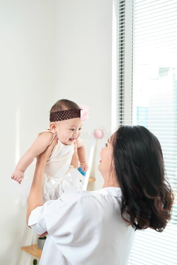 Семья, ребенок и концепция родительства - счастливое усмехаясь молодое mothe стоковая фотография rf