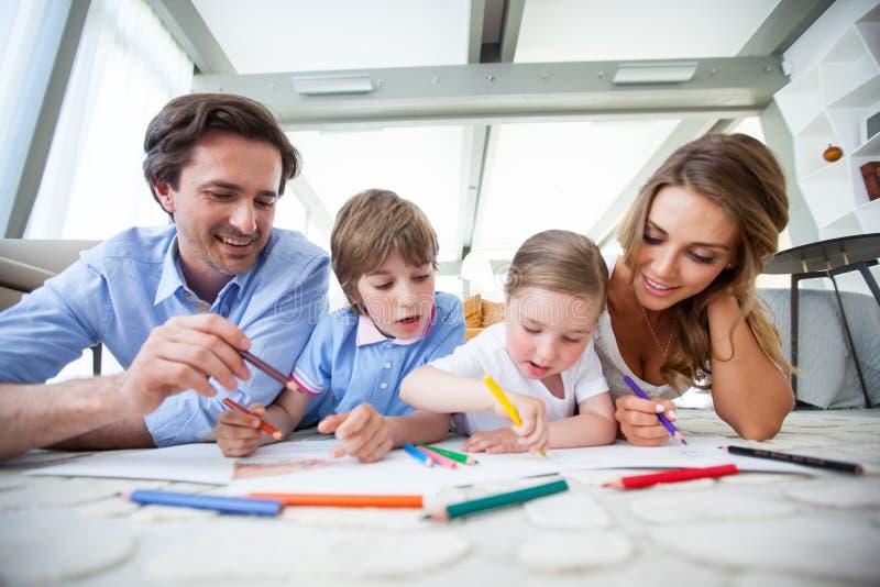 Семья рисуя совместно стоковые изображения