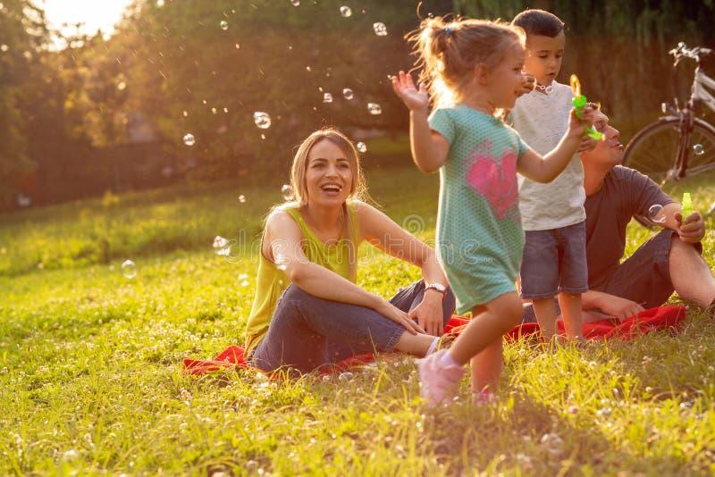 Семья, родительство, принятие и семья †концепции людей «счастливая стоковое фото