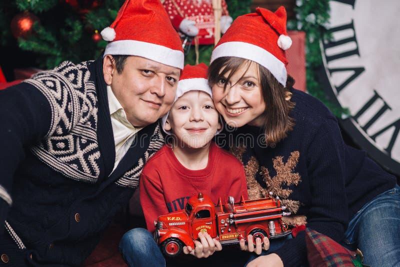 Семья рождества 3 людей в красных шлемах стоковое фото rf