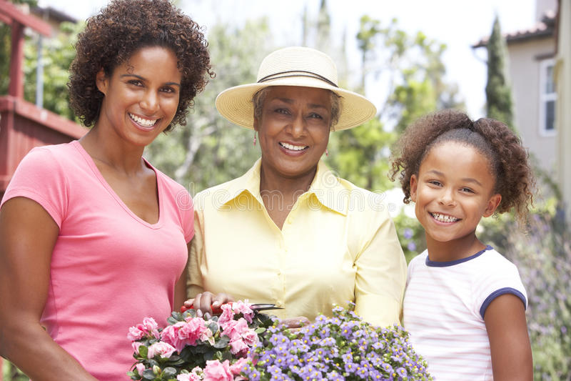 семья садовничая домой совместно стоковые фото