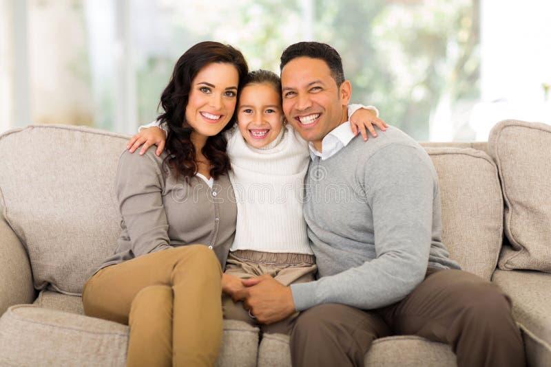 Семья сидя домой стоковые фото