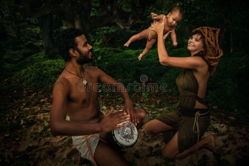Семья смешанной гонки с Newborn младенцем стоковое изображение