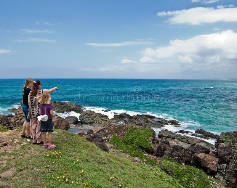семья смотрит океан вне сверх стоковое изображение rf