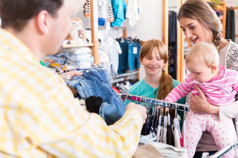 Семья смотря одежды на рельсе стоковые изображения