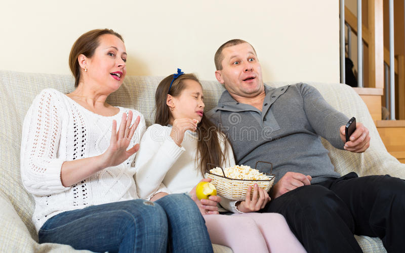 Семья смотря тв-шоу стоковые фото