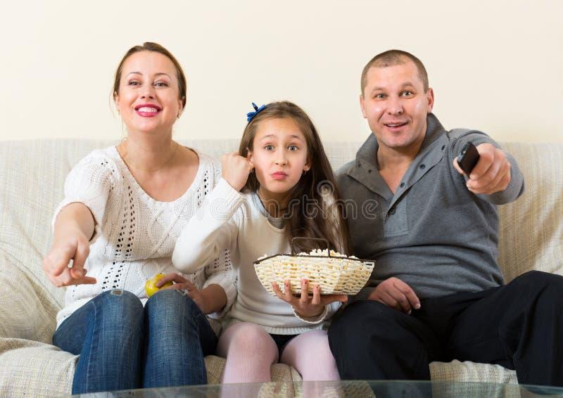 Семья смотря тв-шоу стоковое фото
