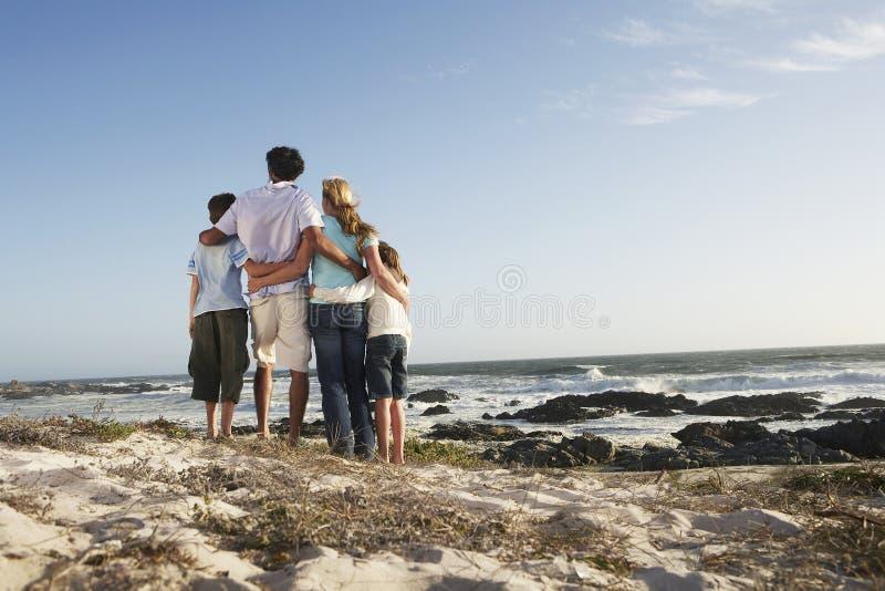 Семья стоя совместно на Seashore стоковые фото