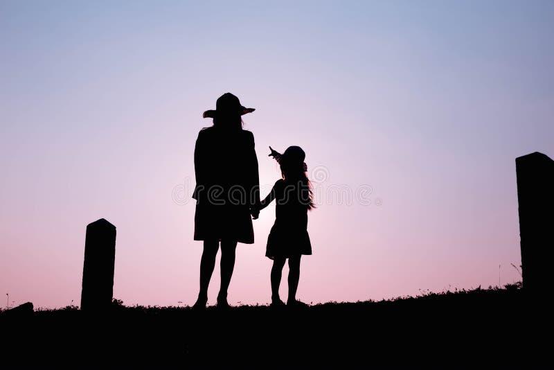 семья счастливая Мать и сын играя в полях травы outdoors на силуэте вечера Винтажный космос тона и экземпляра стоковая фотография