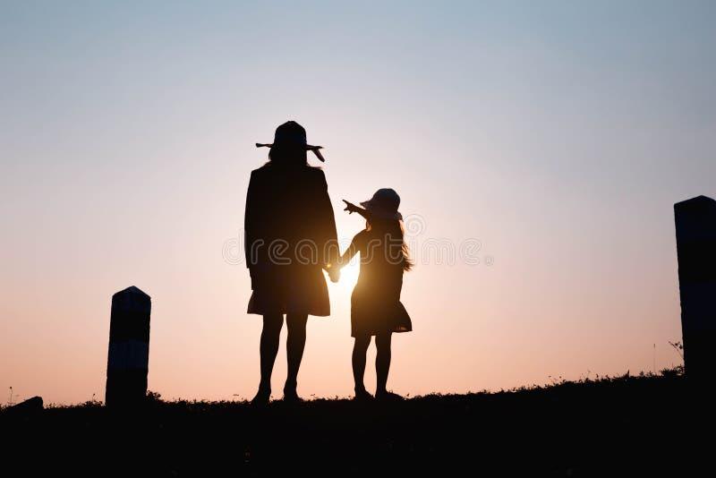 семья счастливая Мать и сын играя в полях травы outdoors на силуэте вечера Винтажный космос тона и экземпляра стоковое фото