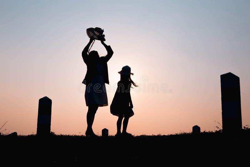 семья счастливая Мать и сын играя в полях травы outdoors на силуэте вечера Винтажный космос тона и экземпляра стоковые изображения rf