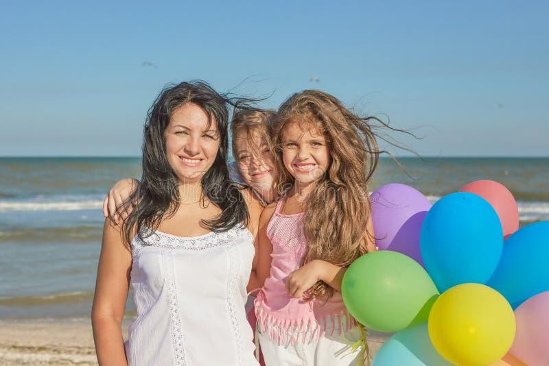 семья счастливая Мать, самая молодая дочь и 17-год-ol стоковые фото