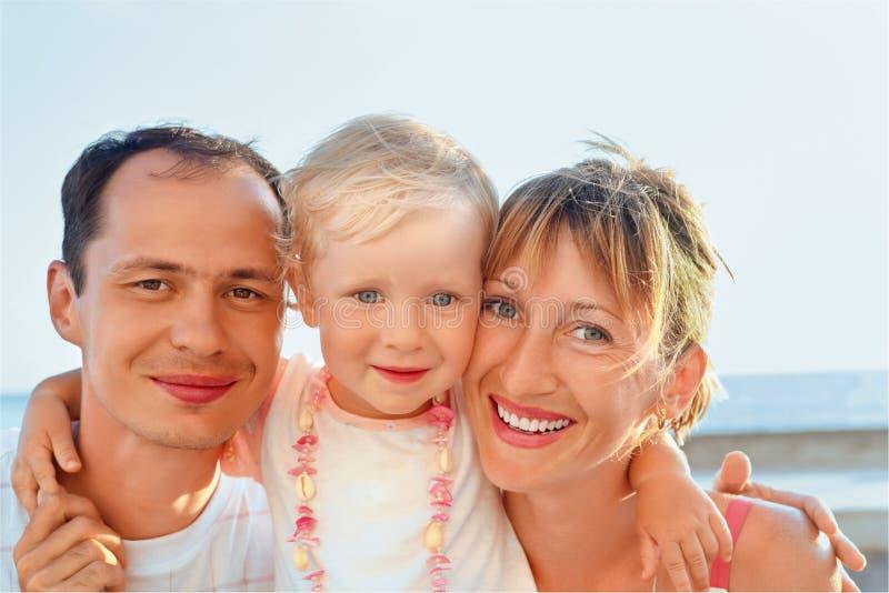 семья счастливая меньшее близкое море к стоковые фото