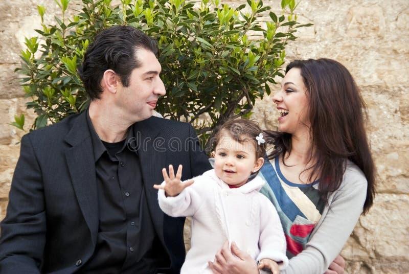 Семья счастливая, ребенок говорит здравствулте! стоковые изображения
