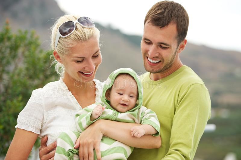 семья счастливая outdoors стоковые фотографии rf