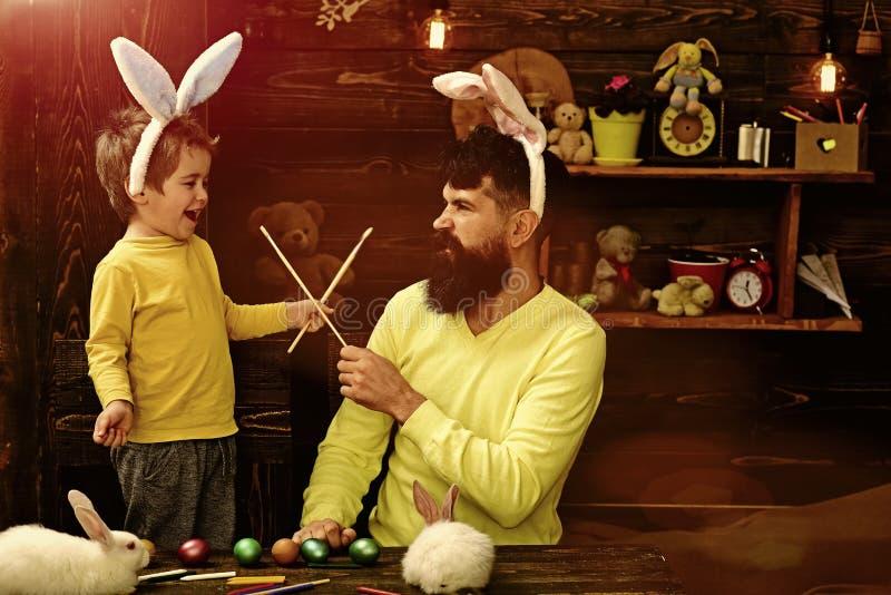 Семья счастливого кролика пасхи с ушами зайчика стоковое изображение