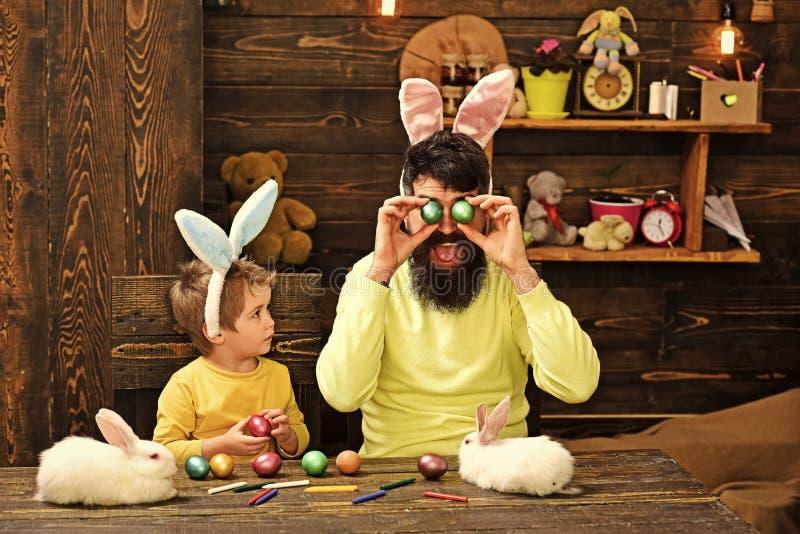 Семья счастливого кролика пасхи с ушами зайчика стоковое изображение rf