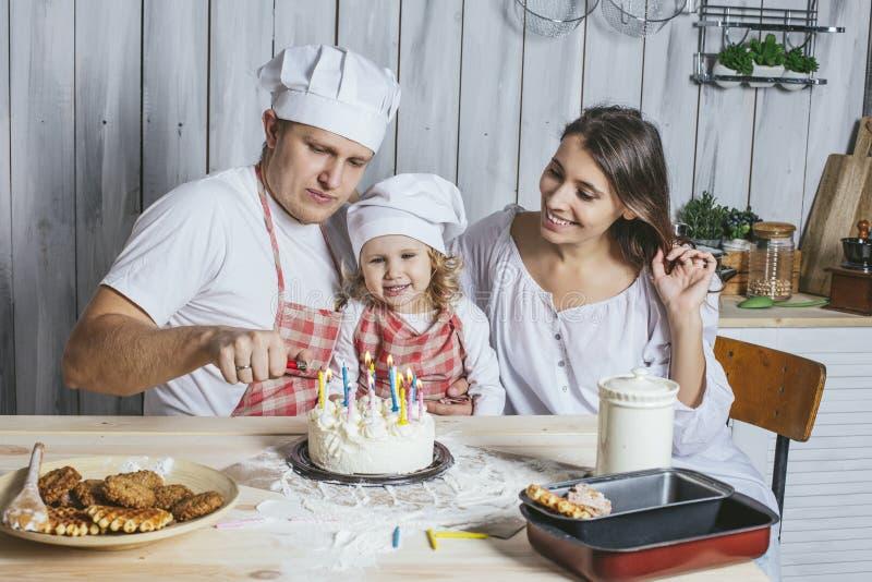 Семья, счастливая дочь с мамой и папа дома в кухне l стоковое изображение rf
