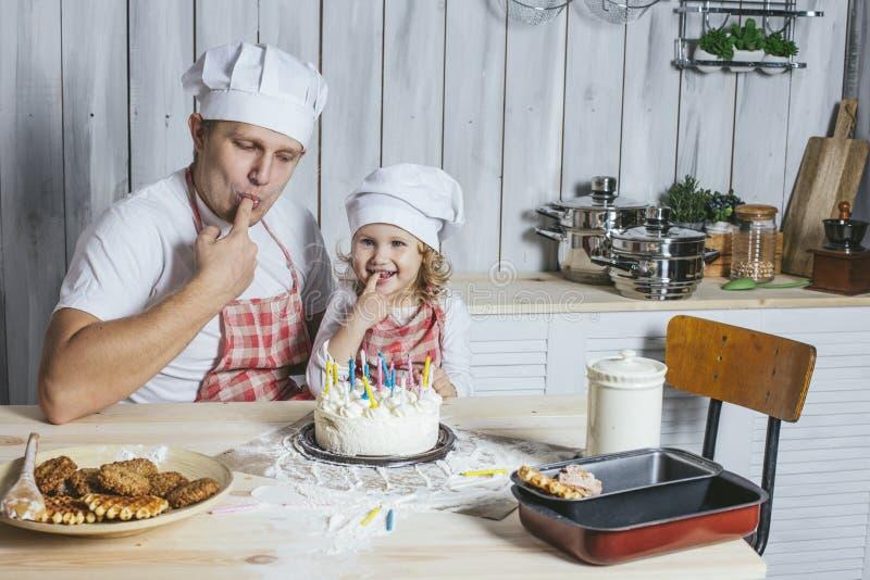 Семья, счастливая дочь с моим папой дома в смехе кухни стоковое изображение rf