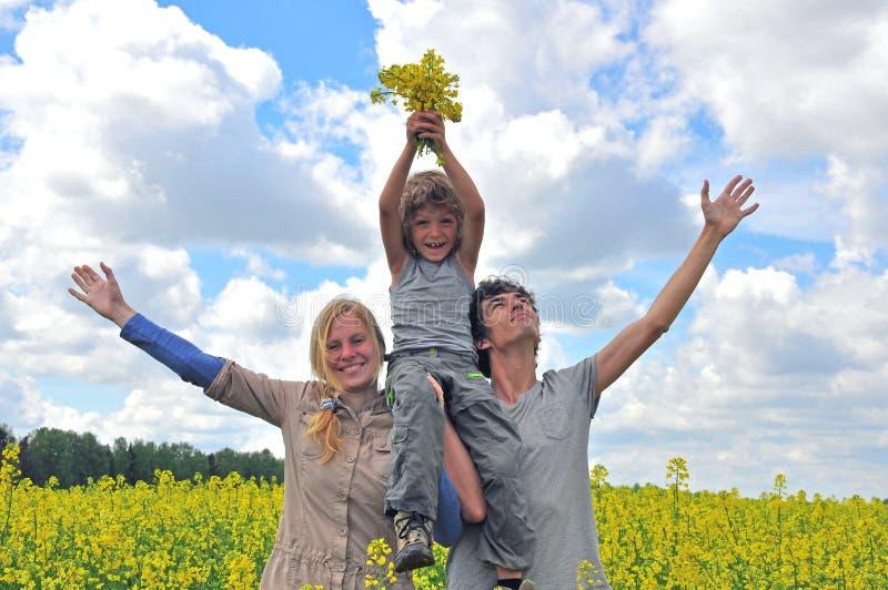 Download семья счастливая стоковое изображение. изображение насчитывающей трава - 40577967