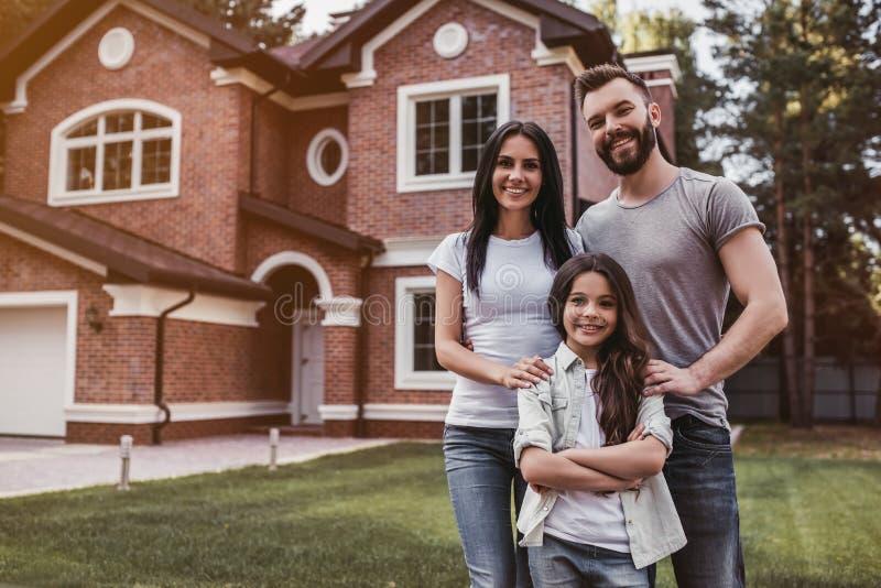 семья счастливая outdoors стоковая фотография