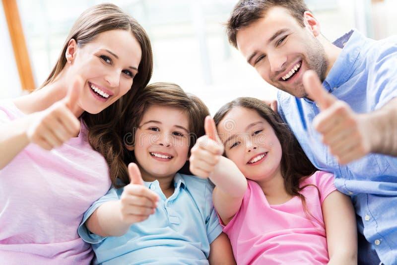 Семья с большими пальцами руки вверх стоковая фотография