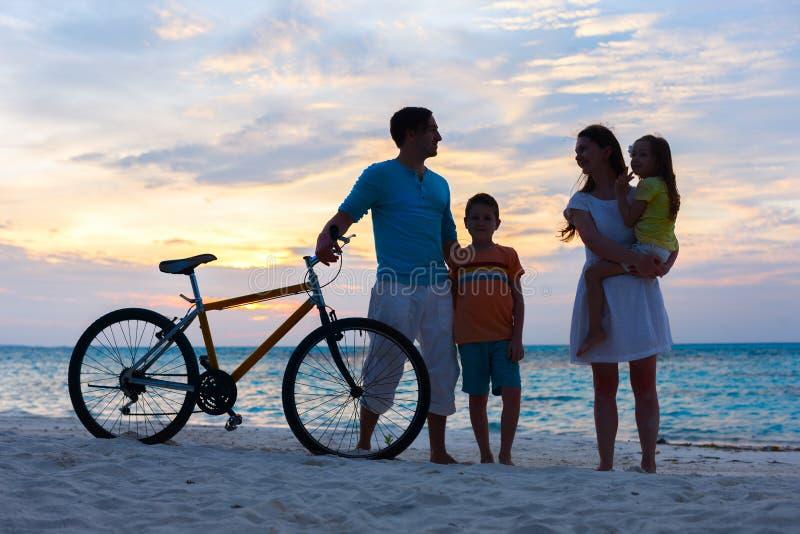 Download Семья с велосипедом на тропическом пляже Стоковое Изображение - изображение насчитывающей напольно, здорово: 40576159