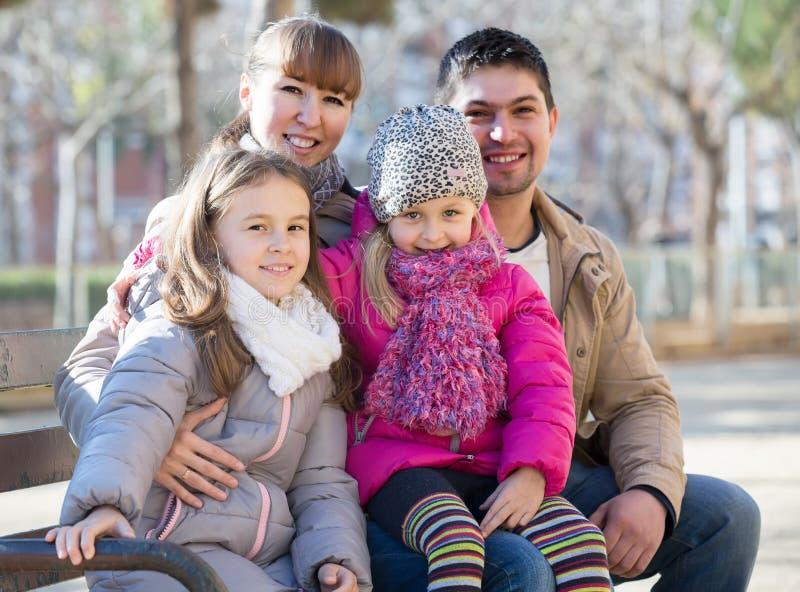 Семья с 2 девушками outdoors в солнечном дне падения стоковые изображения