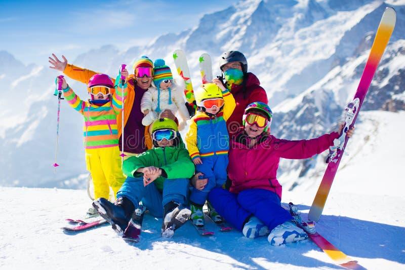 Семья с детьми в горах стоковые фото
