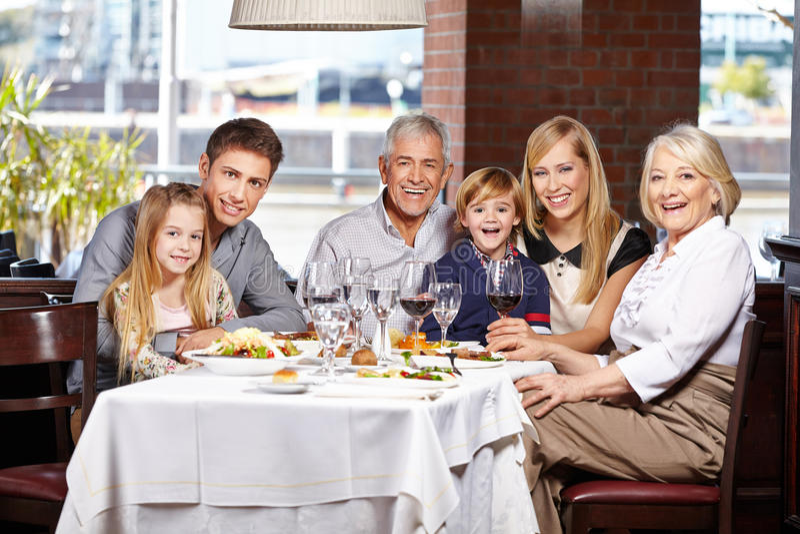 Семья с детьми и старшиями стоковое изображение rf