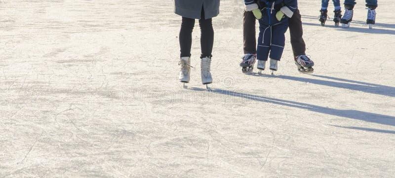 Семья с кататься на коньках ребенка стоковое изображение rf