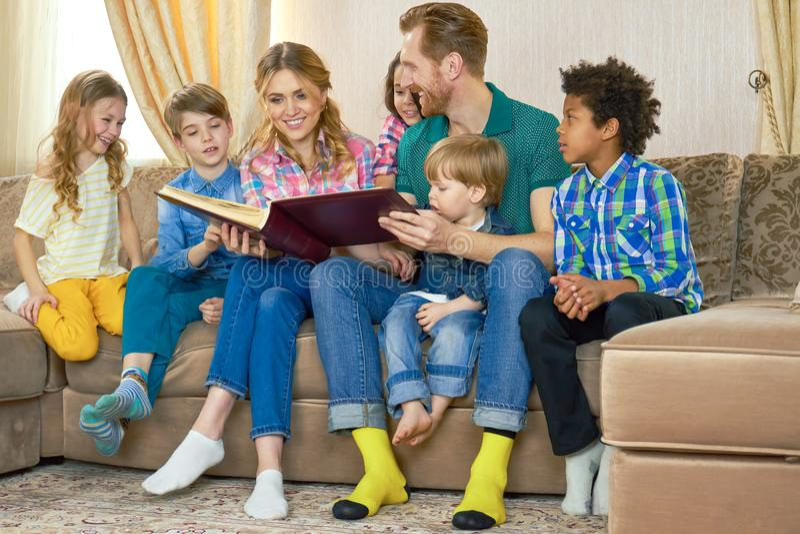 Семья с книгой стоковые изображения rf