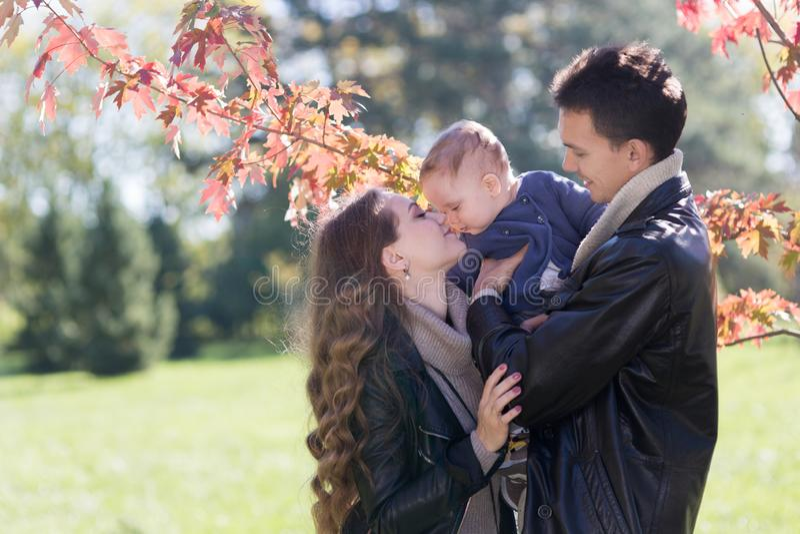 Семья с младенцем в парке осени стоковое фото
