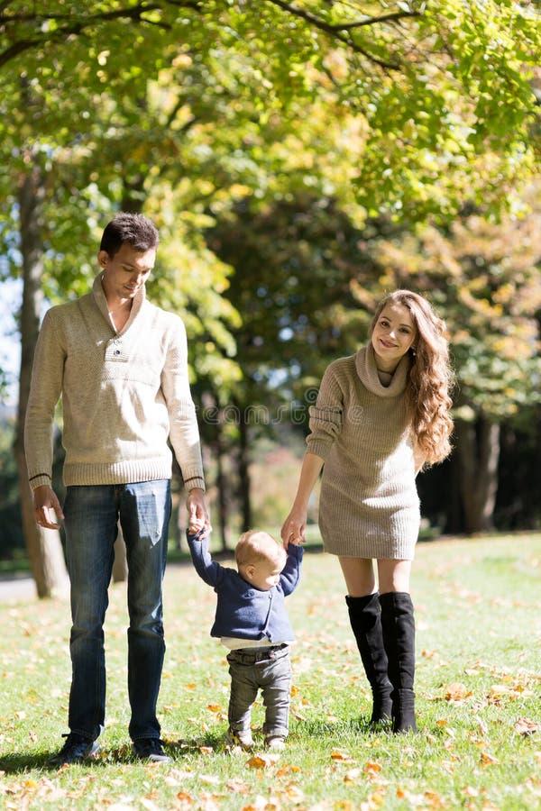 Семья с младенцем в парке осени стоковое изображение