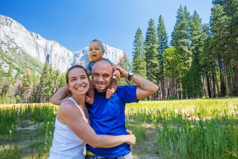 Семья с младенческим национальным парком Yosemite посещения стоковое изображение rf
