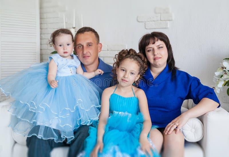 Семья с 2 дочерьми стоковое фото
