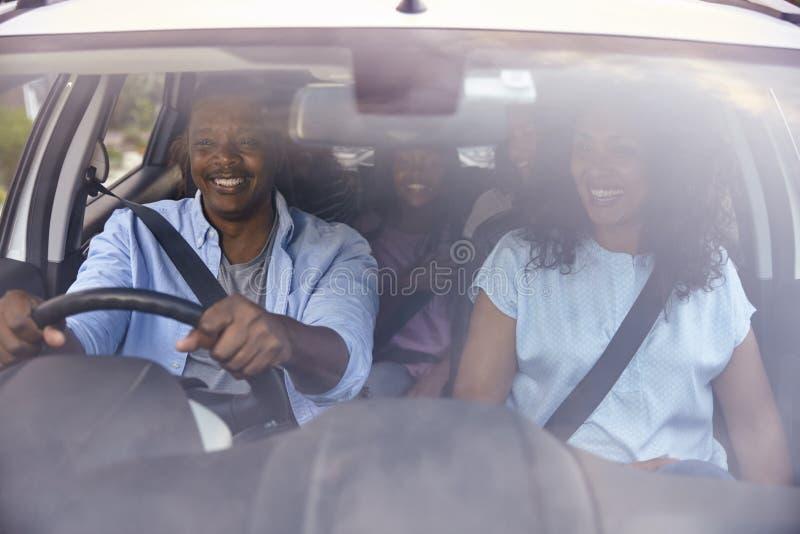 Семья с подростковыми детьми в автомобиле на поездке стоковое изображение rf