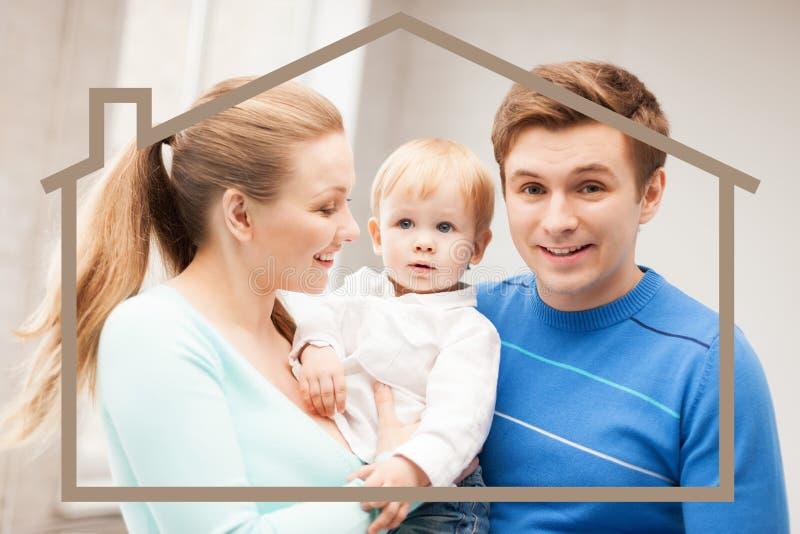 Семья с ребенком и домом мечты стоковые фотографии rf