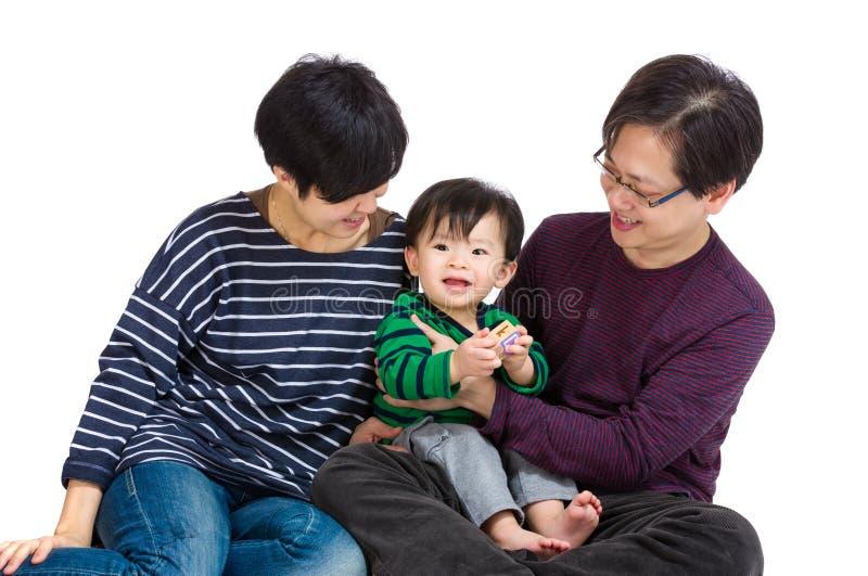 Семья с ребенком стоковое фото