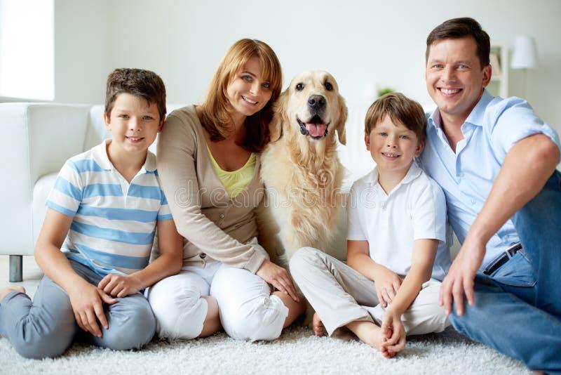 Семья с собакой стоковая фотография