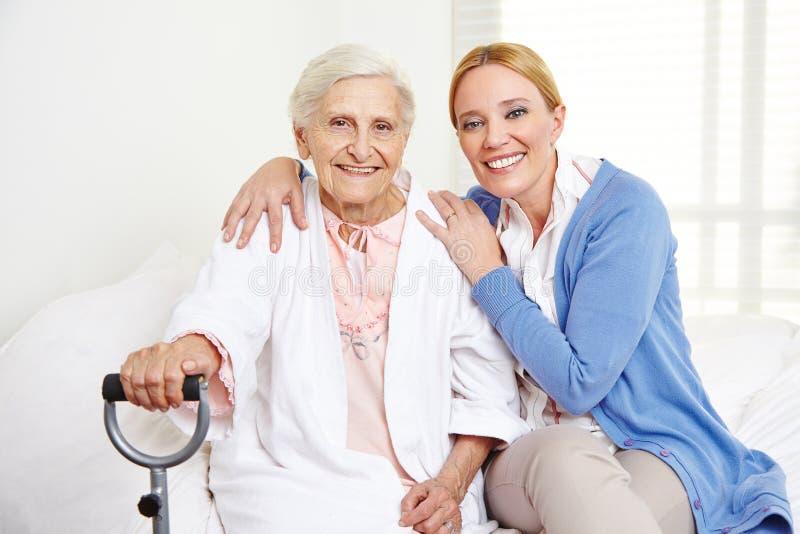 Семья с старшей женщиной дома стоковое изображение